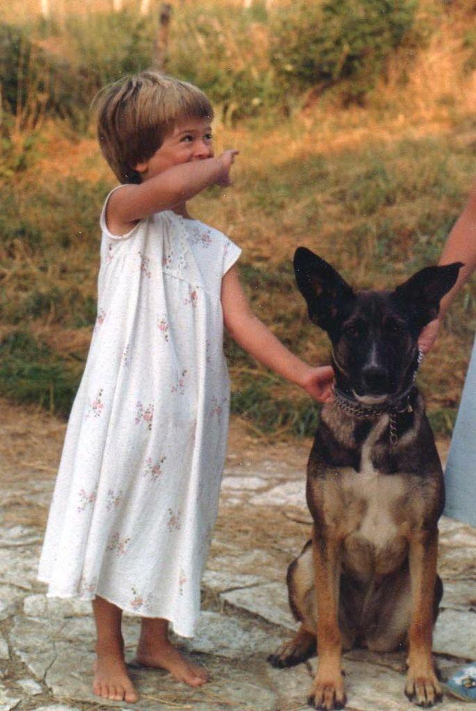 Ici c'est moi avec Roxanne, la chienne de mon frere, qui a quitté la maison en meme temps que lui. Depuis, j'etais en manque